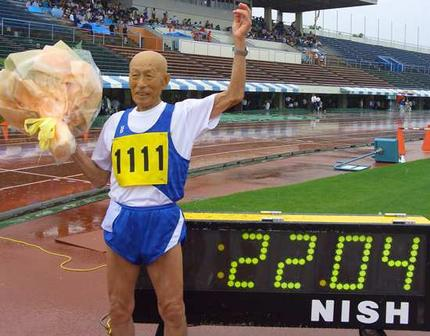Japanese runner Kozo Haraguchi, 95, celebrates after setting the new world record of the 100m dash, 95-99 year-old class, in 22.04 seconds. Photo: AFP
